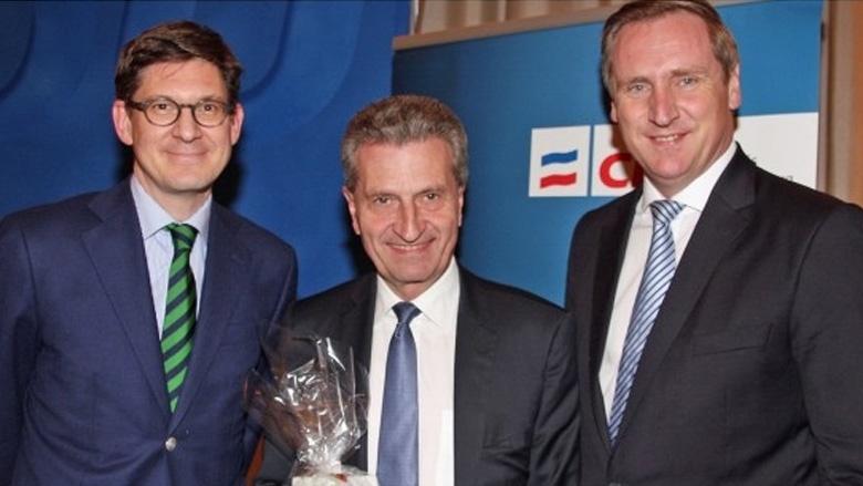 Stärkung für den EU-Kommissar: CDU-Kreisvorsitzender Ole Schröder (l.) und sein Stellvertreter Christian von Boetticher (r.) überreichten Günther Oettinger ein Päckchen Haferflocken.